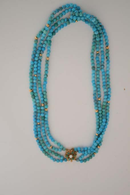 Ogrlica od okruglih tirkiza i zlatnih kuglica sa zlatnom ukrasnom kopčom