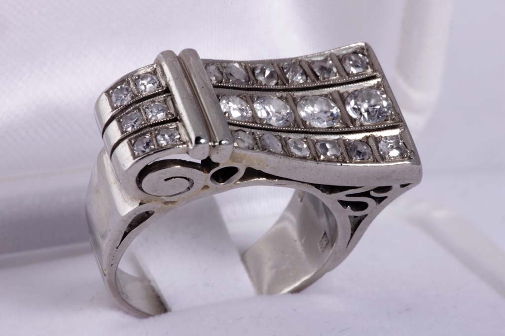 Art déco prsten od od bijelog 14kt zlata težine 10g ukrašen s 22 dijamanta cca 0,40ct.