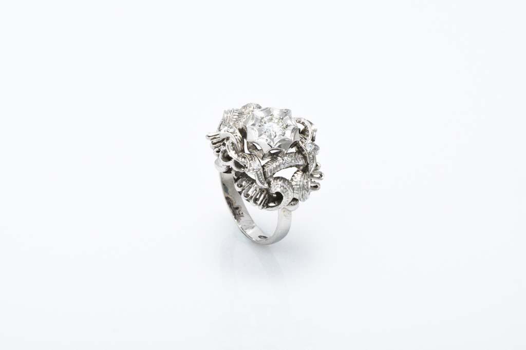 Prsten od 18kt bijelog zlata ukrašen sa 6 dijamanta veličine cca 0,06ct