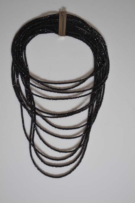 Ogrlica od mnogobrojnih nizova polubrušenih oniksa